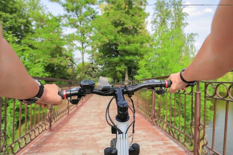 Bicicletta Primo punto di vista della persona fotografie stock libere da diritti
