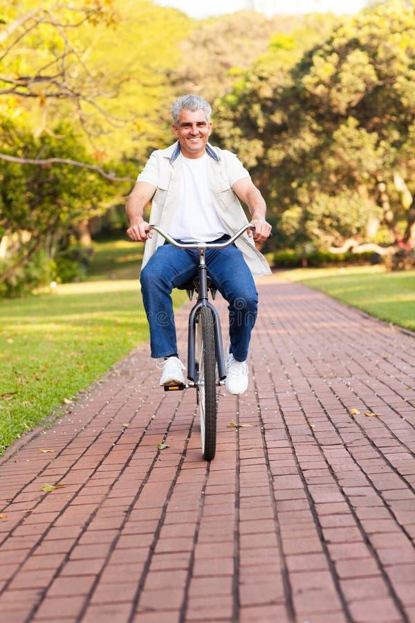 Bicicletta senior di guida immagini stock libere da diritti