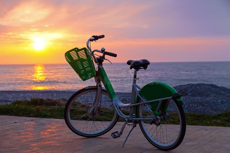 Bicicletta sulla spiaggia di Batumi immagini stock