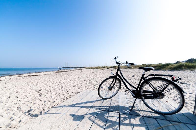 Bicicletta sulla spiaggia di Marienlyst a Helsingor, Danimarca fotografia stock