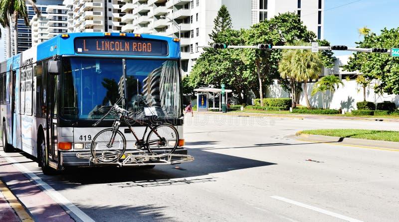 Bicicletta sullo stato S.U.A. di Florida del bus del paraurti anteriore immagini stock