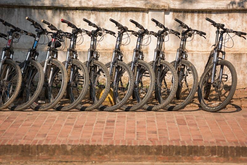Biciclette al parcheggio fotografia stock