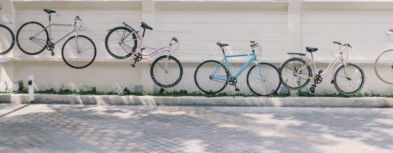 Biciclette decorate appese al muro, il Mall chic della Comunità Maharaj lungo il fiume Chao Phraya, il fiume Riverside Eatery, Ba fotografie stock libere da diritti
