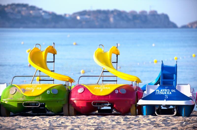 Biciclette dell'acqua su Sandy Beach di Mallorca, Spagna fotografia stock libera da diritti
