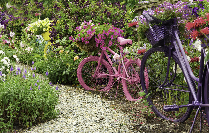 Biciclette dipinte come giardino Art Planters immagini stock