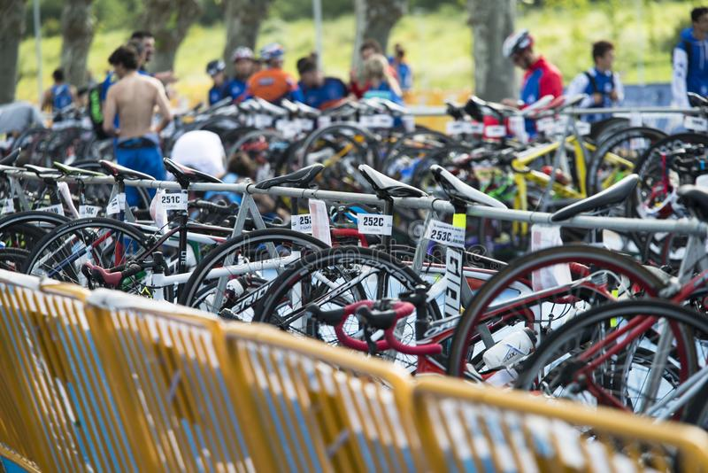 Biciclette parcheggiate e per il triathlon immagine stock libera da diritti