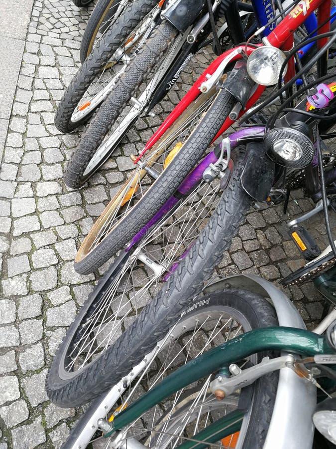 Biciclette variopinte parcheggiate fotografia stock libera da diritti