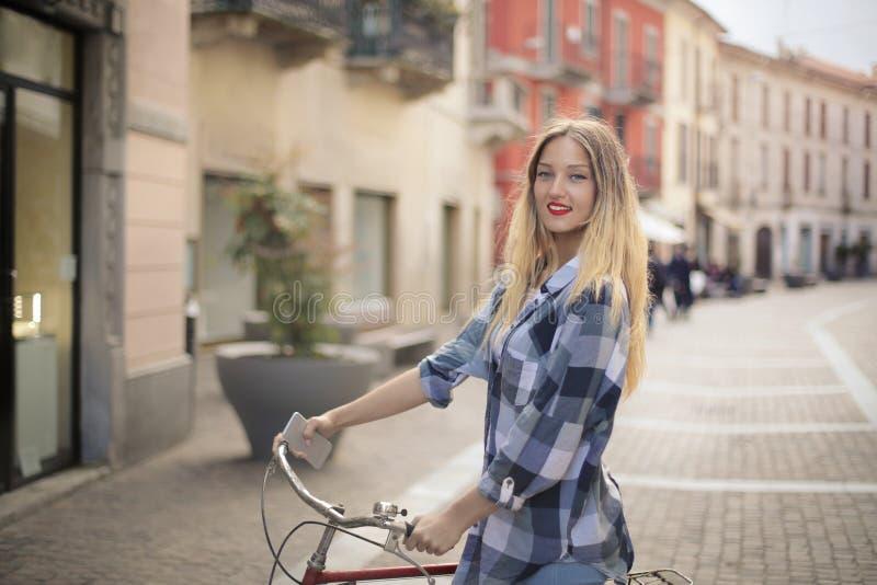 Bicikling в городке стоковое фото rf