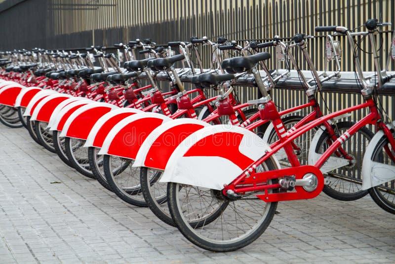 Bicis, bicicletas para el alquiler en la ciudad de Barcelona en España imagen de archivo libre de regalías