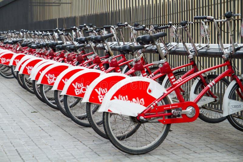 Bicis bicing de Viu, bicicletas para el alquiler en la ciudad de Barcelona en España imágenes de archivo libres de regalías