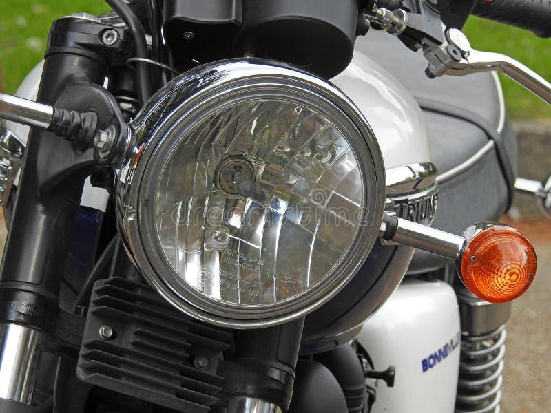 Bicis cl?sicas de la moto de la motocicleta de bonneville del triunfo del vintage dos ruedas brit?nicas imagen de archivo