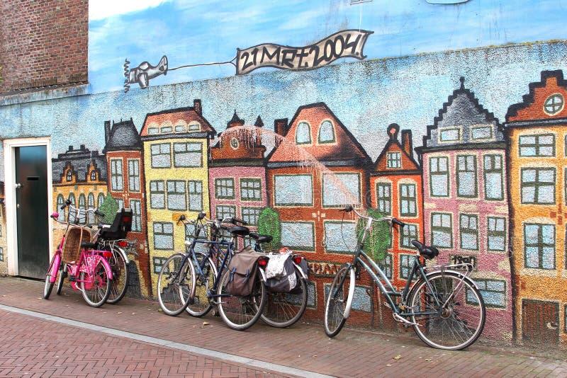 Bicis contra una pared de la pintada del arte de la calle, Leeuwarden, Holanda fotos de archivo libres de regalías