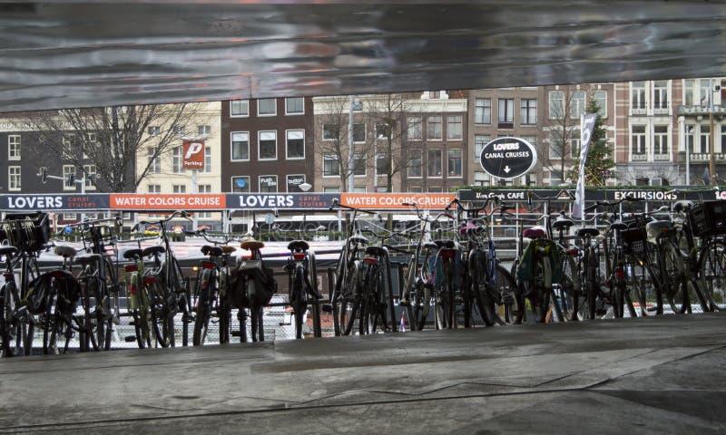 Bicis de Amsterdam en el marco de plata imagen de archivo
