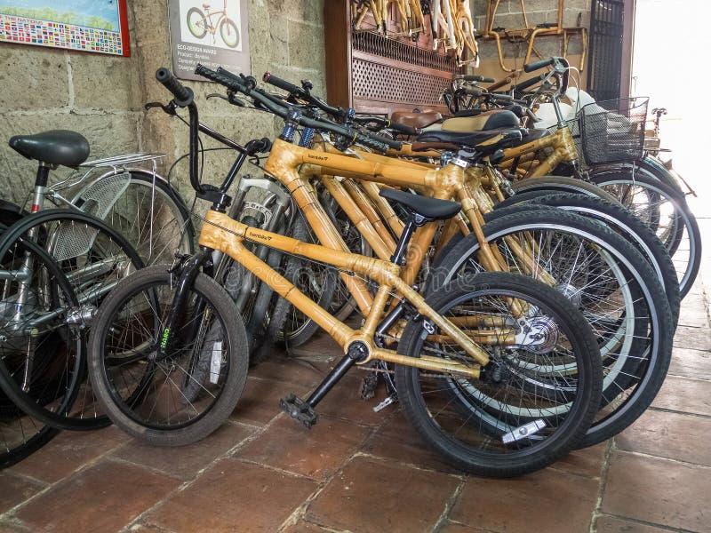 Bicis de Eco con los marcos de bambú imágenes de archivo libres de regalías