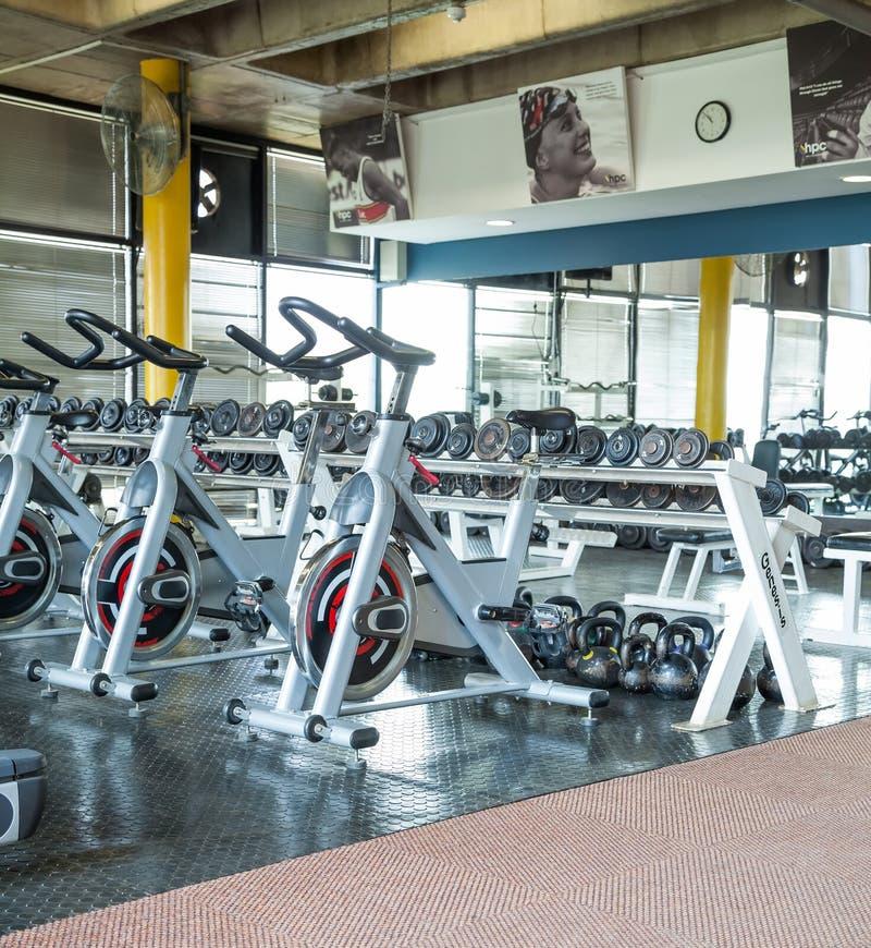 Bicis de giro en un gimnasio imagen de archivo libre de regalías