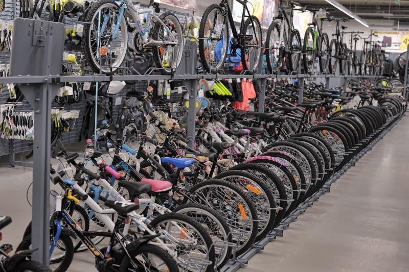 Bicis de la tienda de las mercancías que se divierten foto de archivo libre de regalías