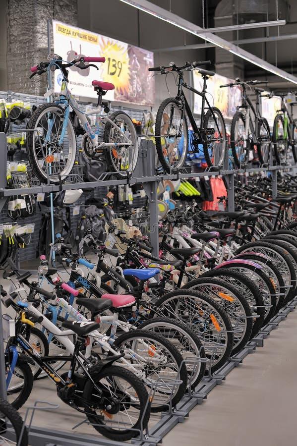 Bicis de la tienda de las mercancías que se divierten foto de archivo