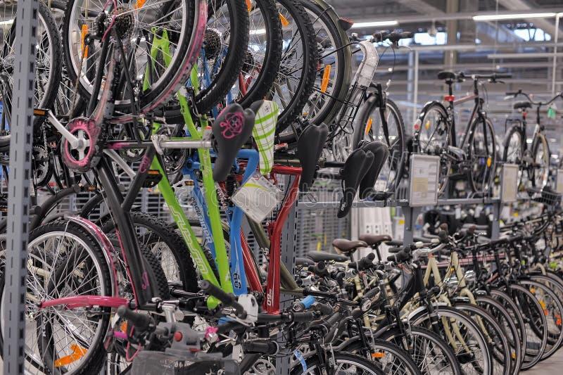 Bicis de la tienda de las mercancías que se divierten imagenes de archivo