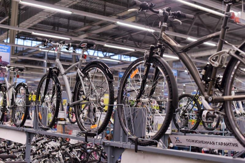 Bicis de la tienda de las mercancías que se divierten imagen de archivo