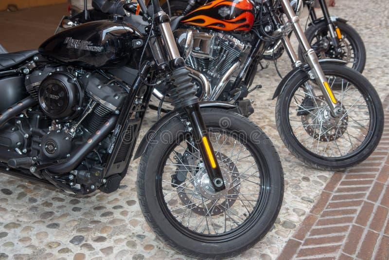 Bicis de las motocicletas del vintage y coches de deportes estupendos imagen de archivo
