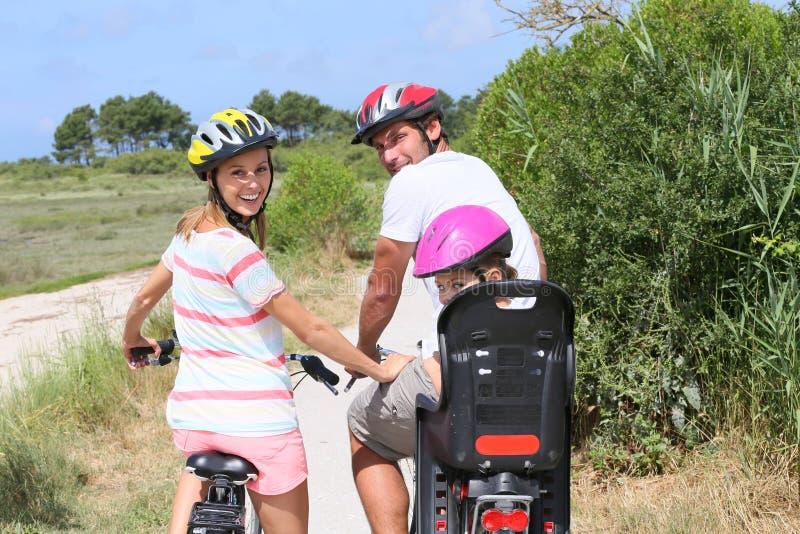 Bicis del montar a caballo de la familia y visita turística de excursión fotos de archivo libres de regalías