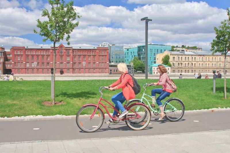 Bicis del paseo de las muchachas Terraplén crimeo moscú imagen de archivo