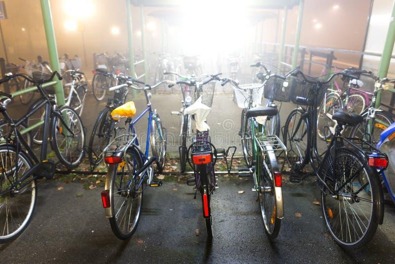Bicis en estante de bicicleta fotos de archivo