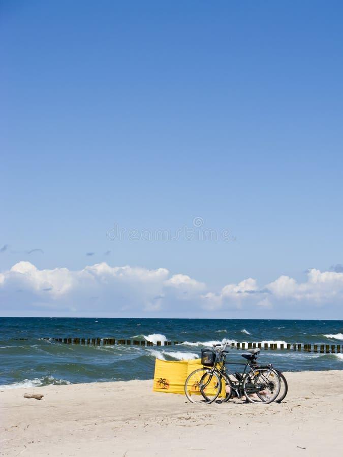 Bicis en la playa imagen de archivo