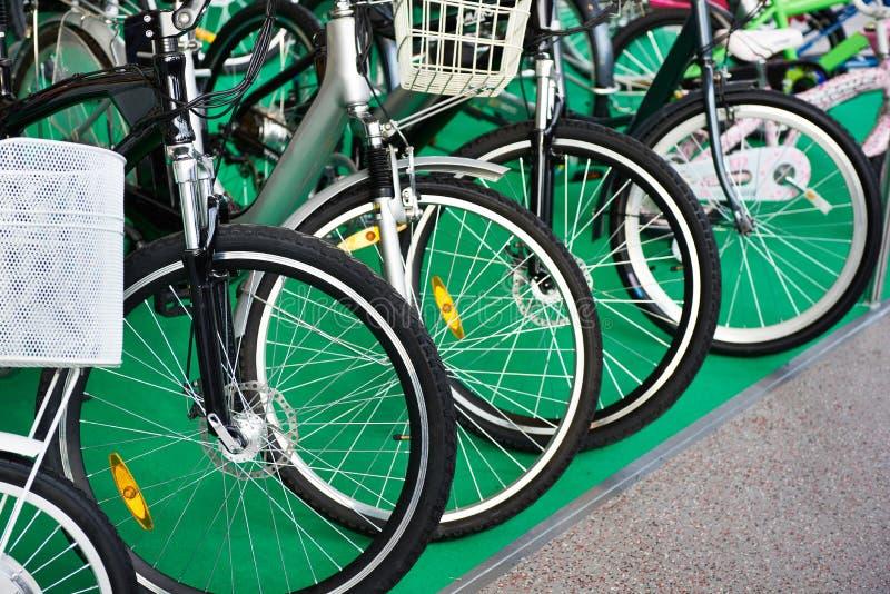 Bicis modernas de la ciudad de la fila en tienda foto de archivo libre de regalías