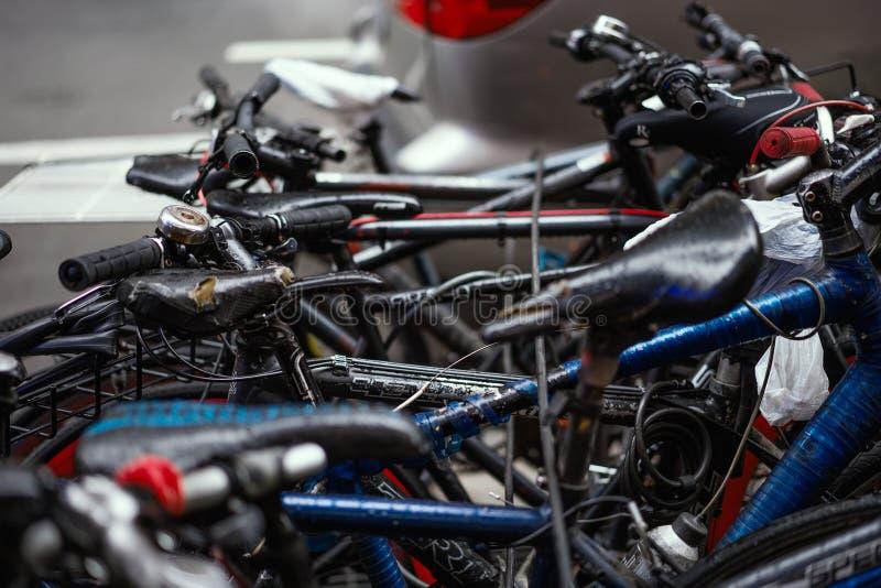 Bicis parqueadas en un orden caótico imagen de archivo