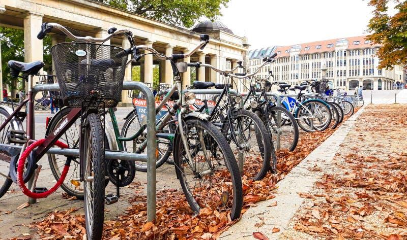 Bicis que parquean en Berlín fotos de archivo