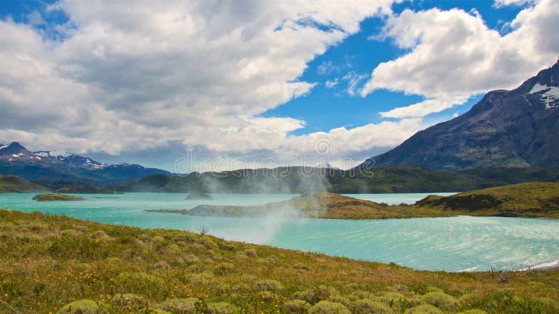 Bico de água do lago ao longo da fuga de caminhada grandioso de Salto no parque nacional de Torres del Paine no Chile fotografia de stock royalty free