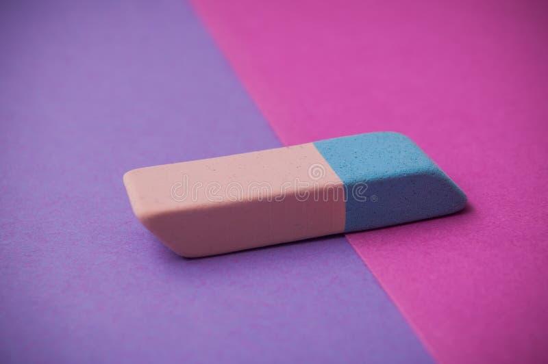 bicolor gumka na różowym i purpurowym tle obraz stock