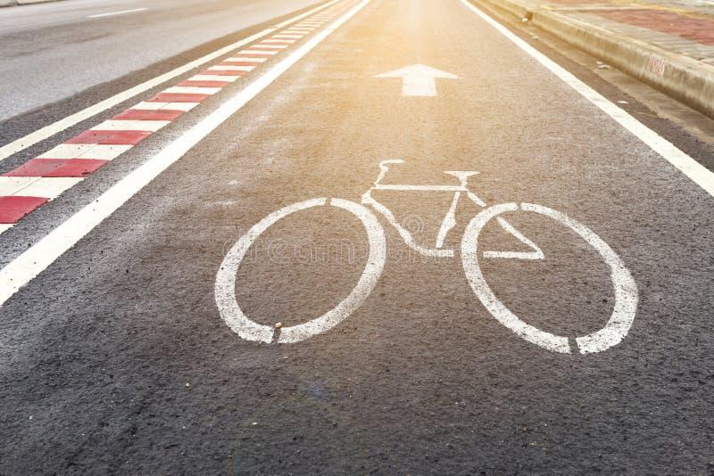 Bicycle путь на стороне главной дороги с винтажным теплым светом стоковое фото rf