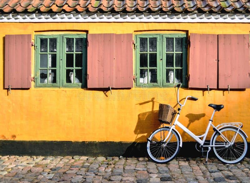 Bicycle na frente da entrada a um apartamento em um do h imagens de stock royalty free