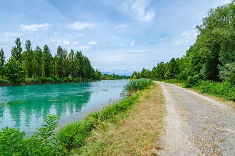 Bicycle a rota ao longo do rio de Mincio entre o lago Garda, Vêneto foto de stock royalty free