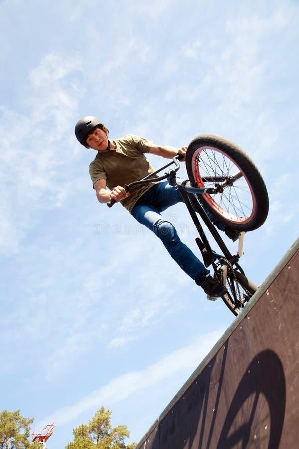 Bicycler de BMX na rampa foto de stock royalty free