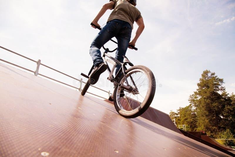 Bicycler de BMX na rampa fotos de stock