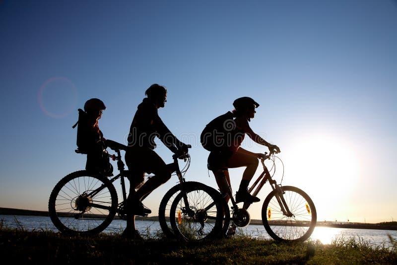Bicycler della famiglia fotografie stock libere da diritti