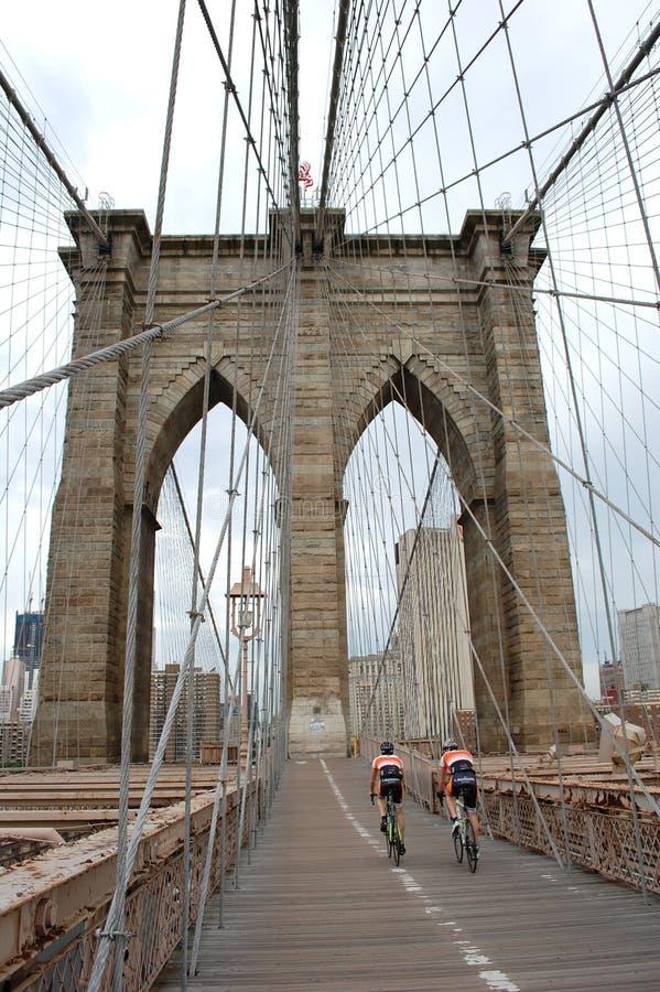 bicyclers przerzucają most Brooklyn fotografia stock