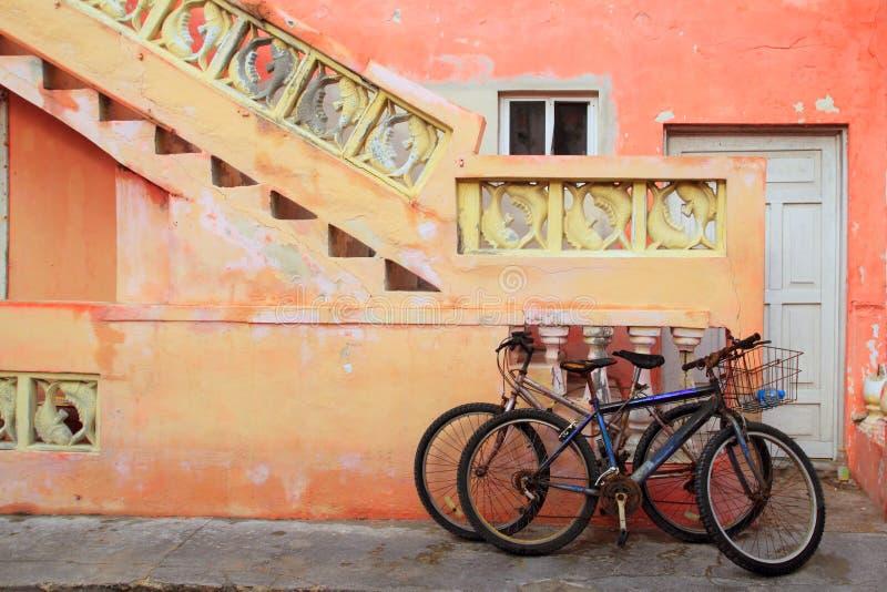 bicycles карибское grunge фасада тропическое стоковые фотографии rf