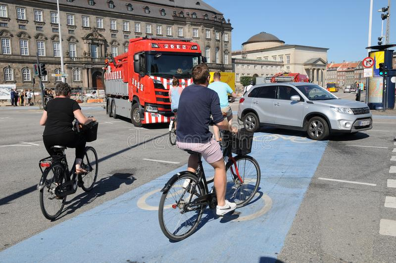 BICYCLEST DANÉS EN COPENHAGUE DINAMARCA fotos de archivo libres de regalías