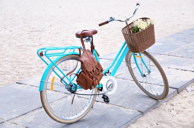 Bicyclette élégante avec le panier images libres de droits
