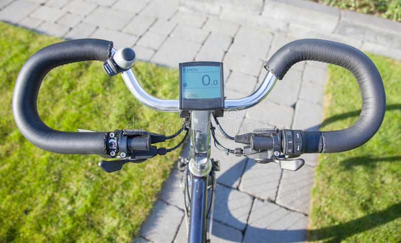 Bicyclette électrique au soleil photographie stock
