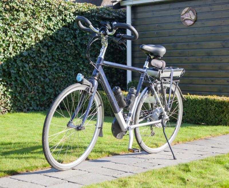 Bicyclette électrique au soleil images stock