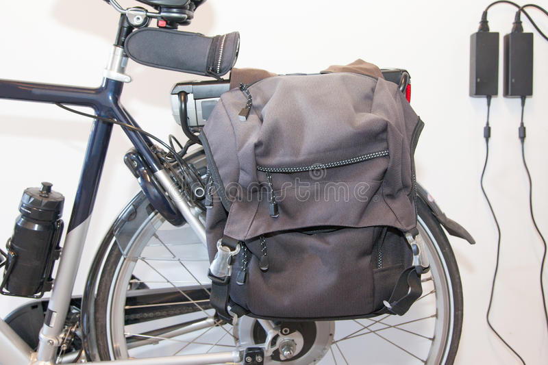 Bicyclette électrique au soleil photographie stock libre de droits