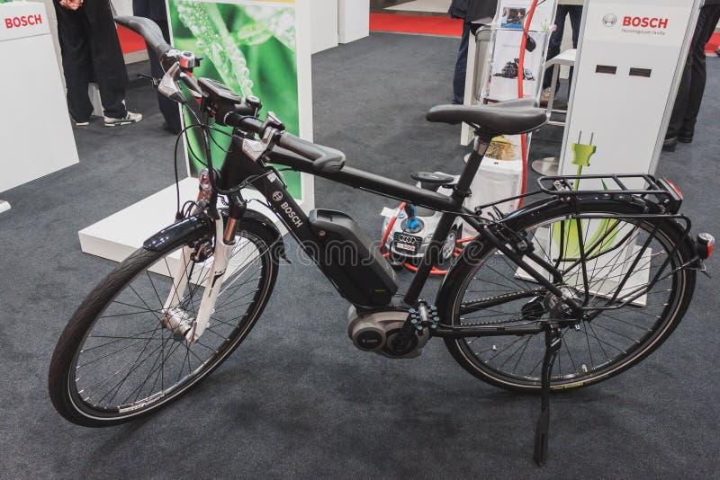 Bicyclette électrique sur l'affichage chez Solarexpo 2014 à Milan, Italie image stock