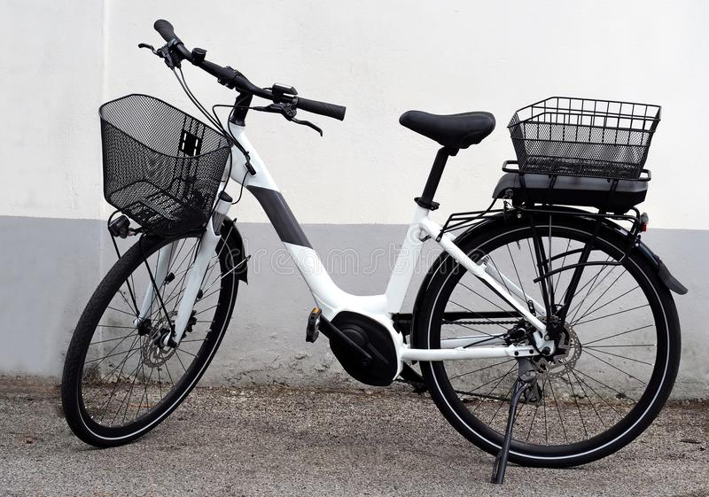 Bicyclette électrique toute neuve, ou vélo d'e, pour des femmes La nouvelle batterie doit assez légèrement être placée sous le pa photos stock