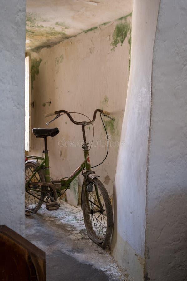 Bicyclette abandonnée à l'intérieur d'une maison couverte conique négligée de Trulli dans Alberobello, Puglia Italie photo stock