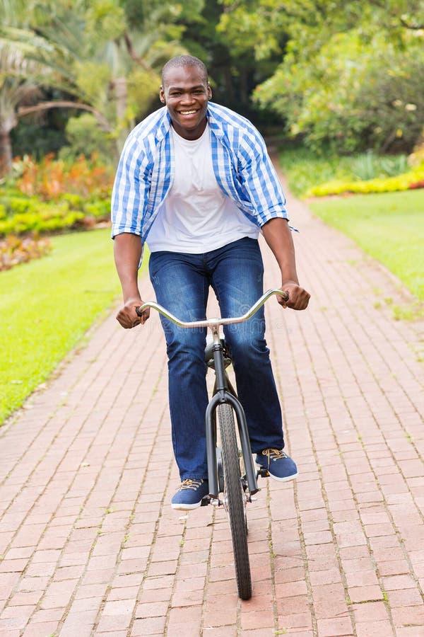 Bicyclette africaine d'équitation d'homme photos stock